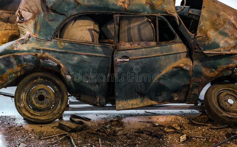 Старый автомобиль, который разбили со стеклянными утилями на поле стоковое фото
