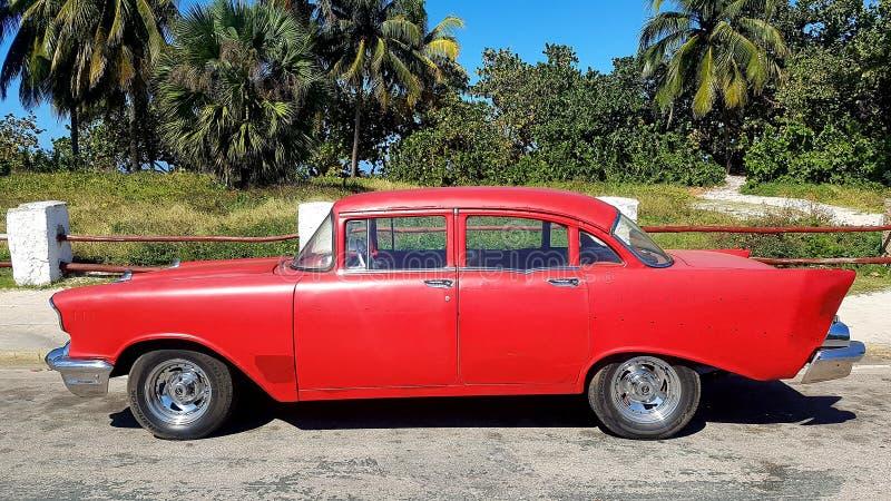 Старый автомобиль на улицах Гаваны стоковые изображения