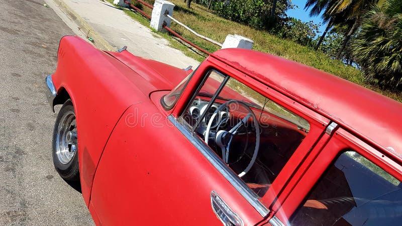 Старый автомобиль на улицах Гаваны стоковое изображение
