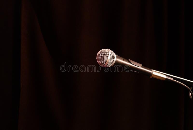 Старый акустический микрофон круглого форм-фактора на темной предпосылке стоковые изображения rf