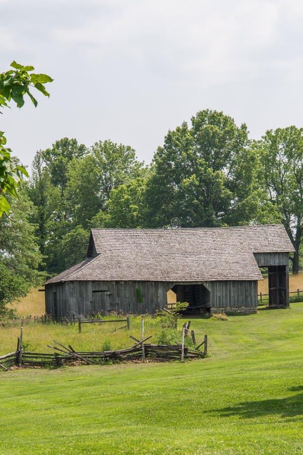 Старый амбар в сельской земле Амишей midwest Миссури стоковое изображение rf