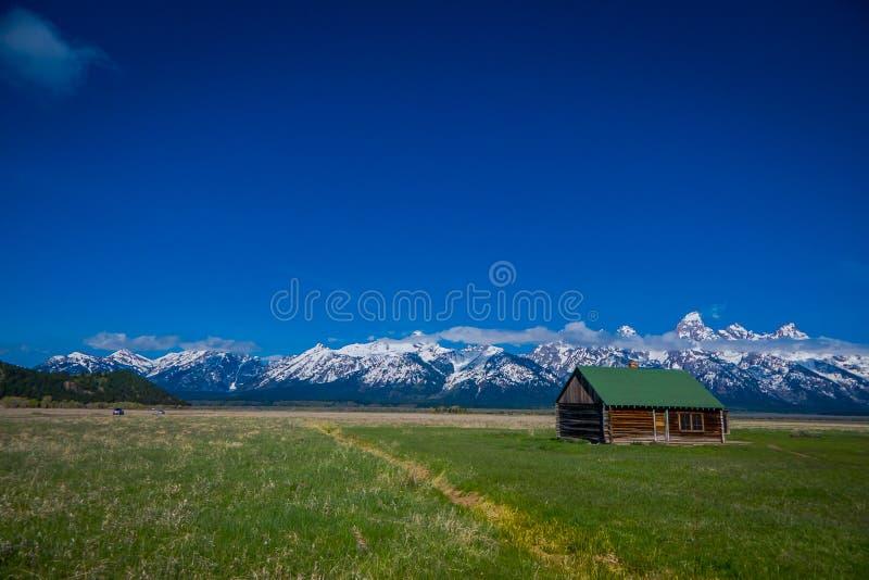 Старый амбар Мормона в грандиозных горах Teton с облако нижнего яруса грандиозное teton Вайоминг национального парка стоковые фото