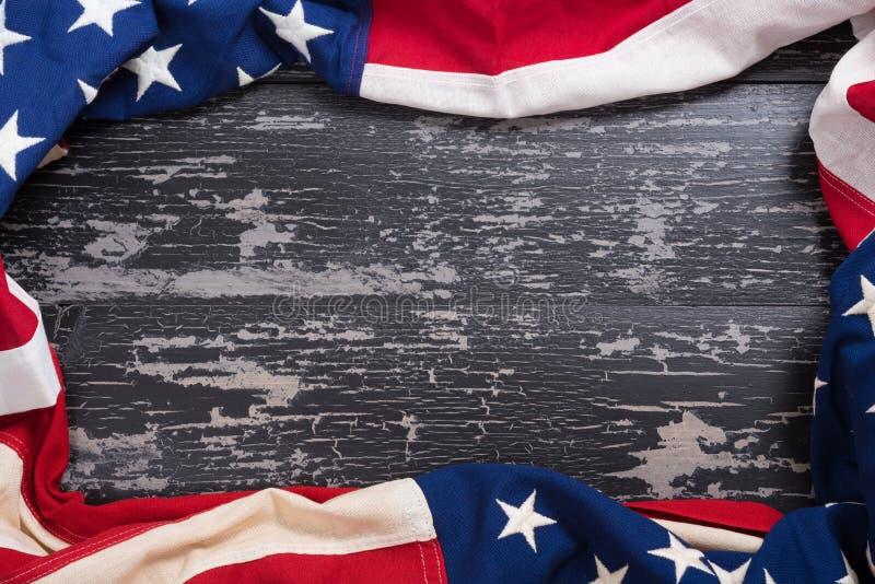 Старый американский флаг на деревянной предпосылке планки стоковое фото