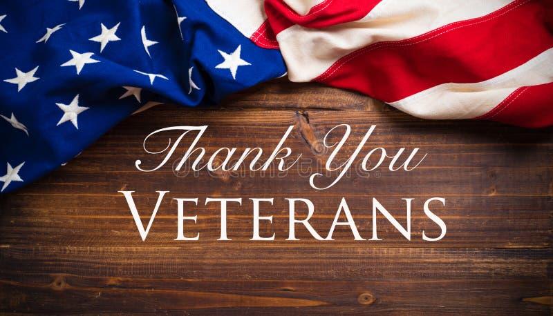 Старый американский флаг на деревянный день ветеранов стоковое изображение rf