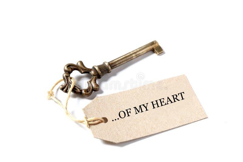 Старый античный ключ с ярлыком со словами моего сердца изолированного на белой предпосылке с космосом экземпляра стоковое фото