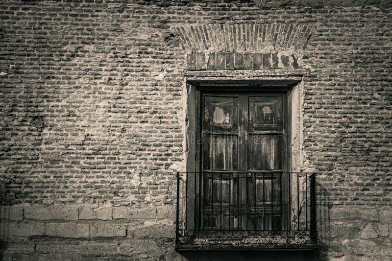 Старый балкон с деревянной дверью закрыл в b&w стоковые изображения rf