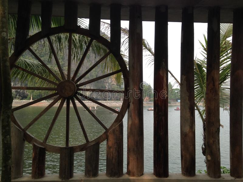 Старый бамбуковый мост над рекой, Ninh Binh, Вьетнам стоковое изображение