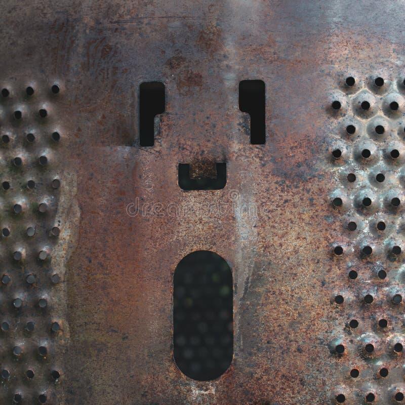 Старый барабанчик стиральной машины, теперь используемый как яма огня, с нечетными маркировками на стороне стоковая фотография rf