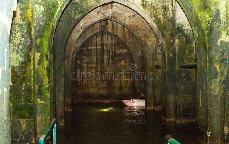 Старый бассейн сводов стоковое изображение