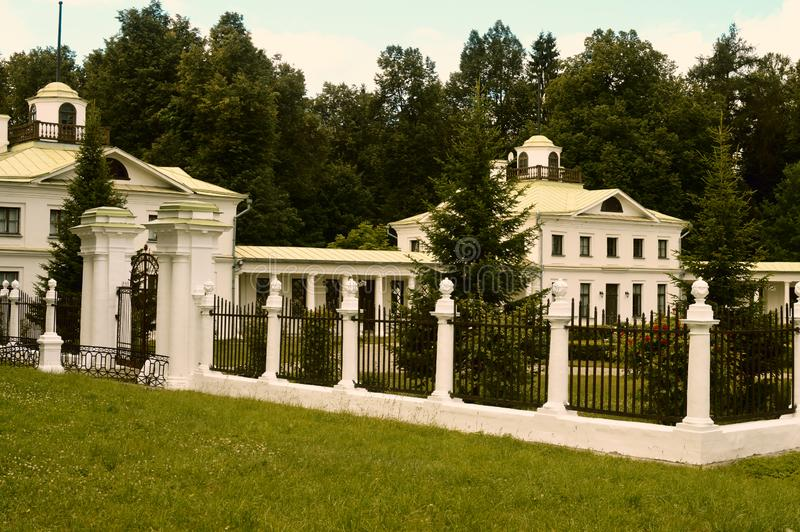 Старый белый дворец в России стоковое изображение rf