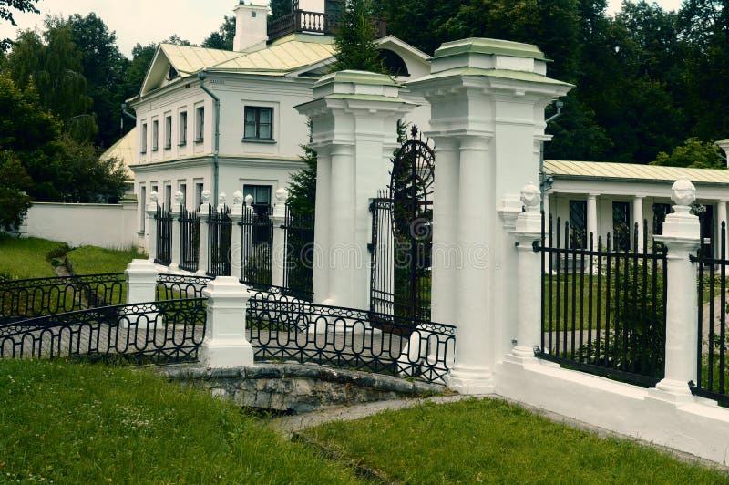 Старый белый дворец в России стоковое фото