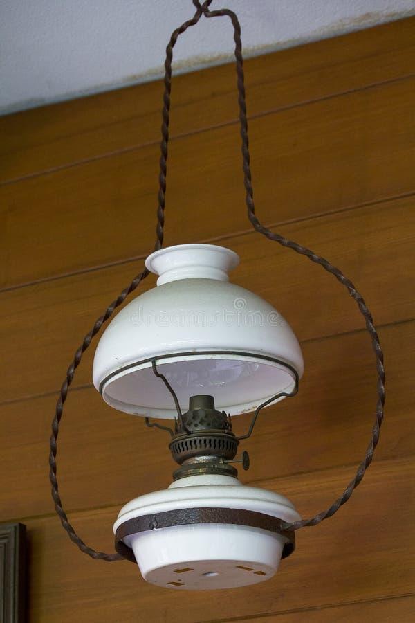 Старый белый lamplight висит стоковые изображения rf