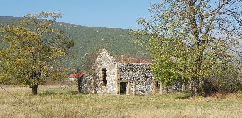 Старый боснийский дом в деревне стоковые фотографии rf