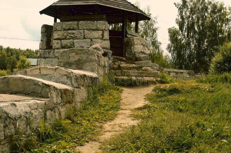 Старый брошенный каменный камин для огня стоковая фотография