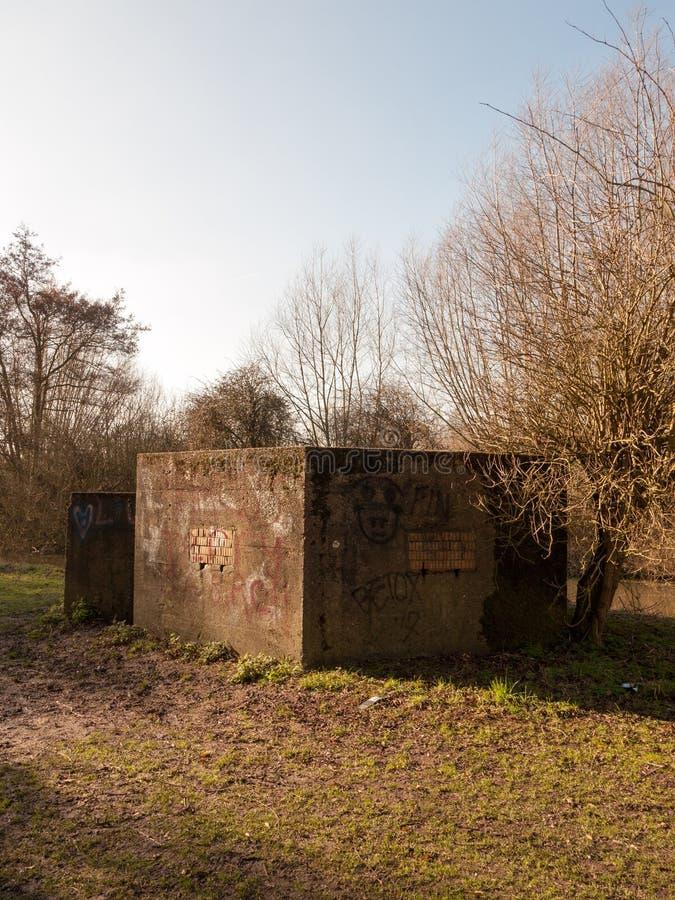 Старый бункер войны отметил граффити никакая запруда людей старая ретро покинутая стоковые изображения rf