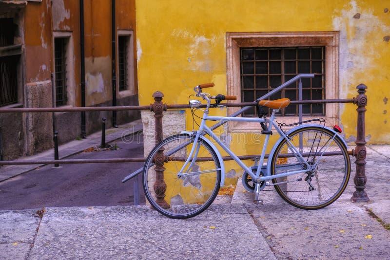 Старый велосипед на улице, свете - синь и терракоте стоковая фотография rf