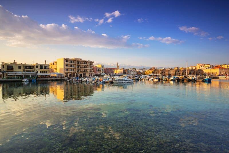 Старый венецианский порт Chania на зоре, Крит стоковое изображение