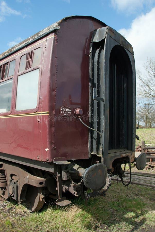 Старый великобританский экипаж пассажира железных дорог ждать быть восстановленным стоковая фотография rf