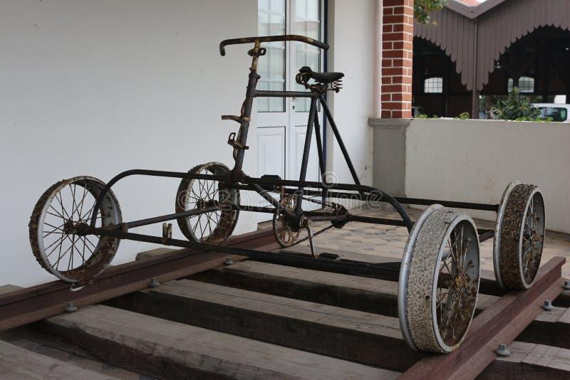 Старый велосипед поезда стоковые изображения