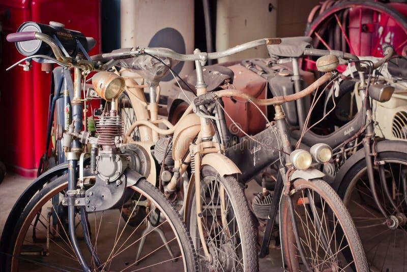 Download Старый велосипед против редакционное стоковое изображение. изображение насчитывающей улица - 33735984