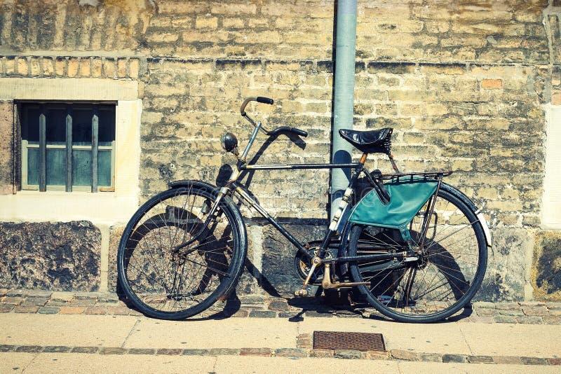 Старый винтажный велосипед против красивой кирпичной стены Транспорт велосипеды стоковые изображения rf