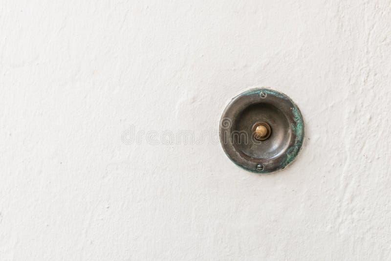 Старый винтажный дверной звонок с каменной предпосылкой стоковая фотография rf