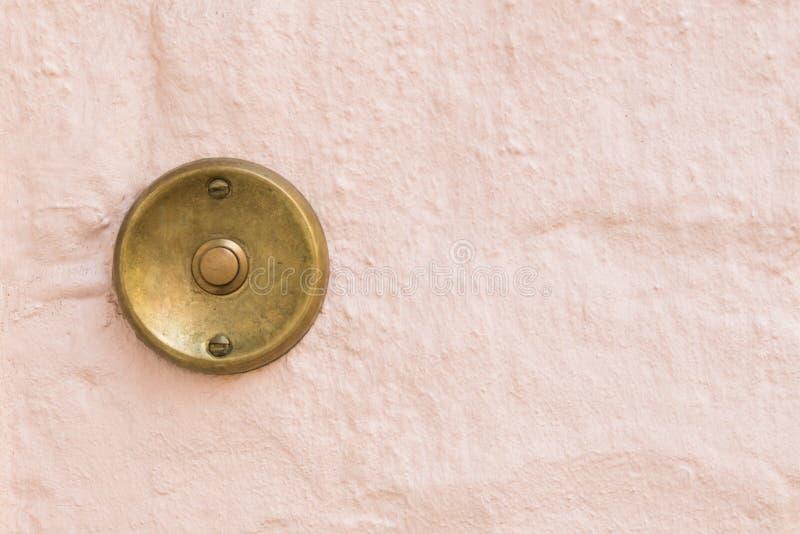 Старый винтажный дверной звонок с предпосылкой стены стоковое изображение rf