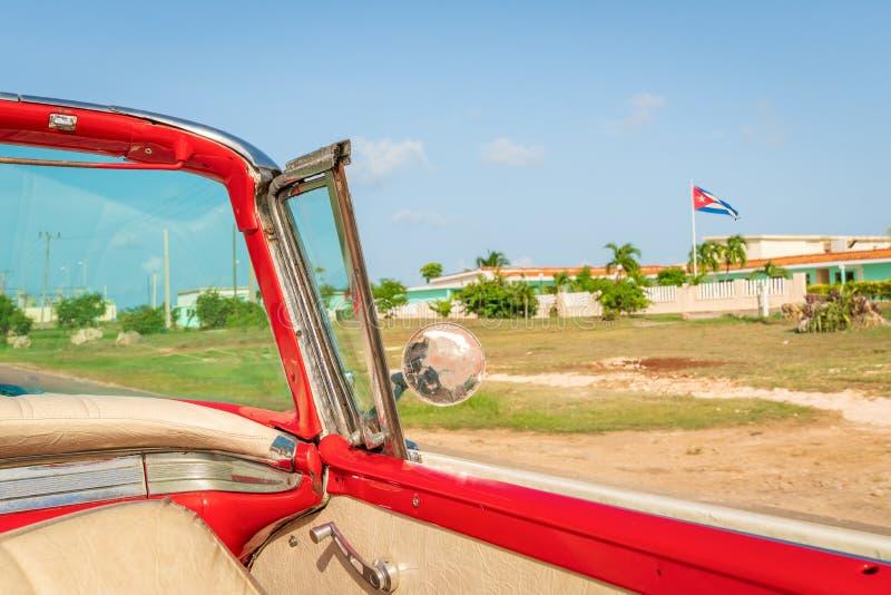 Старый винтажный классический американский автомобиль на правом кубинце f стоковая фотография