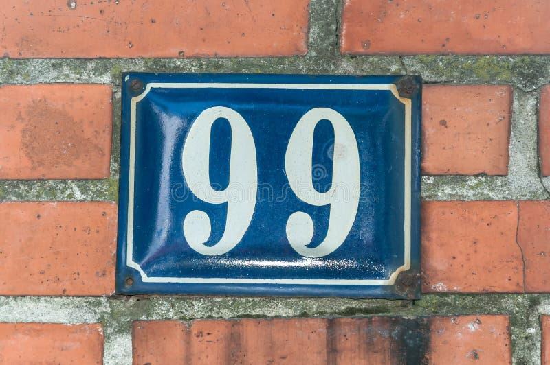 Старый винтажный медный штейн 99 99 адреса дома на фасаде кирпича стены жилого дома внешней на улице стоковое изображение rf