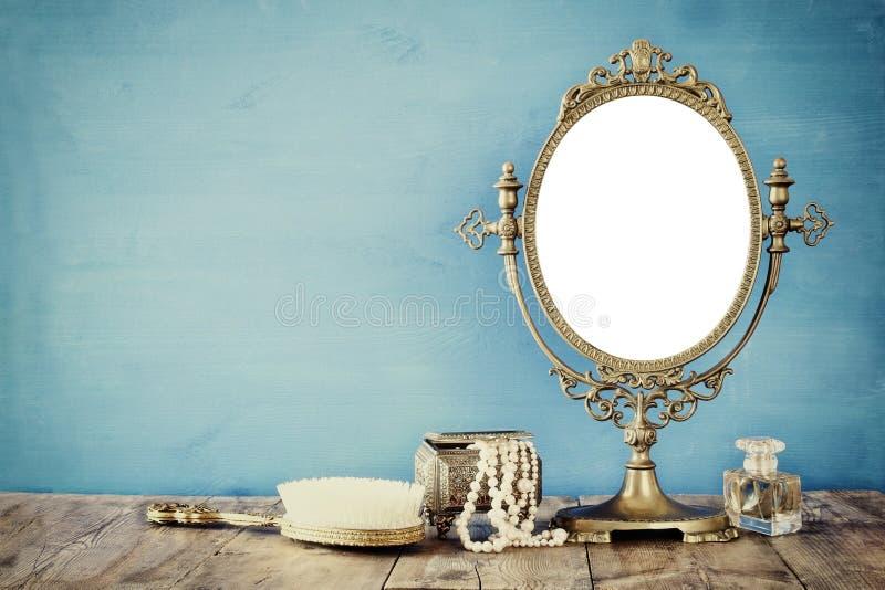 Старый винтажный овальный туалет зеркала и женщины фасонирует объекты стоковые фото