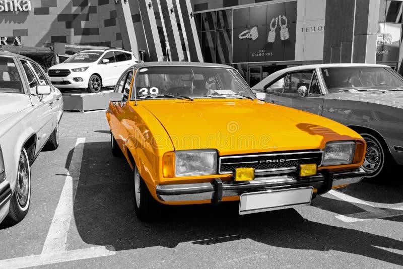 Старый винтажный оранжевый Форд - селективная изоляция цвета стоковые фотографии rf