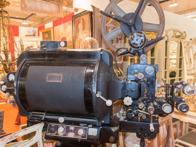 Старый винтажный профессиональный репроектор кино стоковые изображения rf