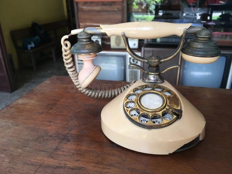 Старый винтажный телефон стоковые изображения