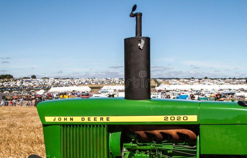 Старый винтажный трактор John Deere на выставке стоковые фотографии rf
