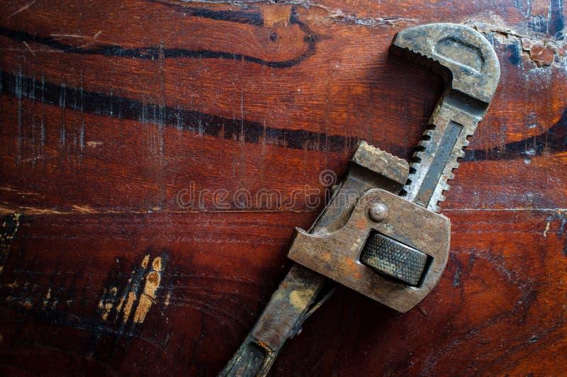 Старый винтажный универсальный гаечный ключ стоковые изображения rf