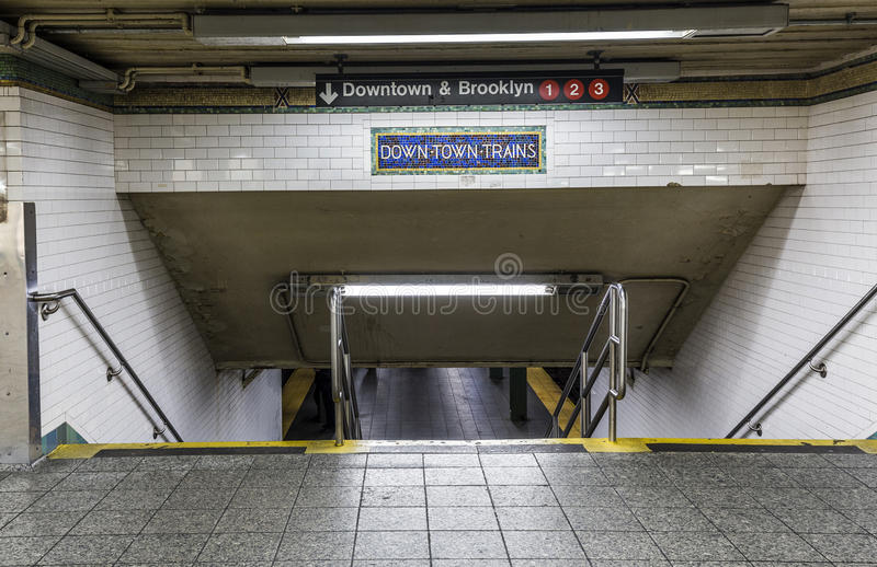 старый винтажный центр города знака тренирует на станции метро в Бруклине стоковые фотографии rf