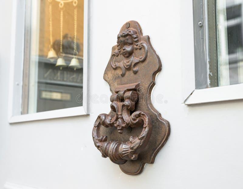 Старый винтажный knocker двери на двери стоковая фотография