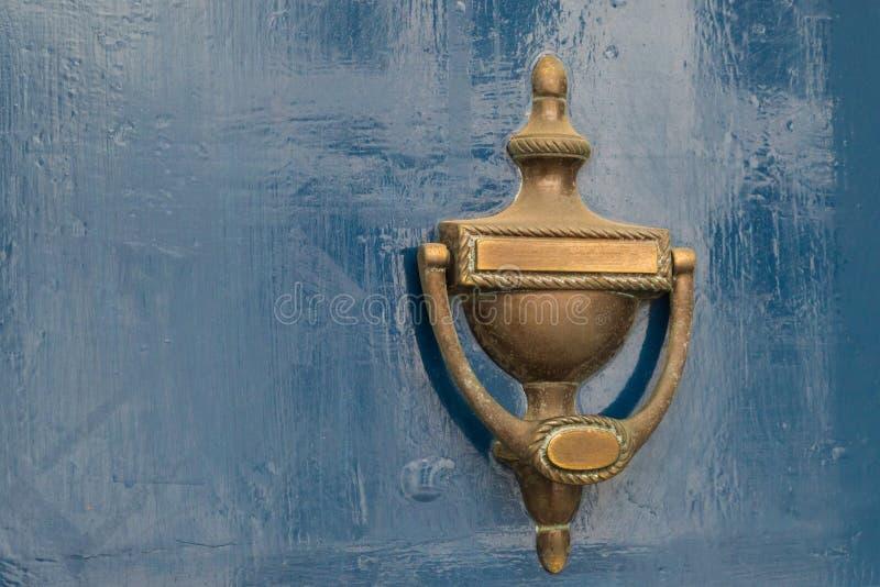 Старый винтажный knocker двери на деревянной двери стоковые фото
