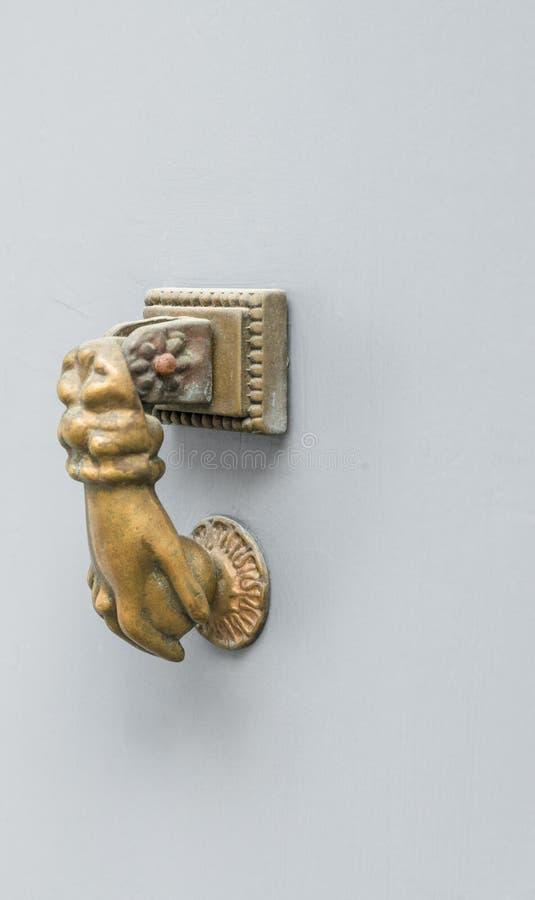 Старый винтажный knocker двери сформировал как рука стоковая фотография rf