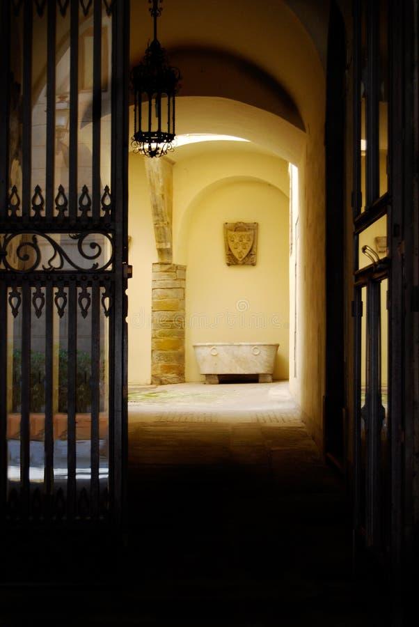 Старый внутренний двор купая ушат Флоренс Италию стоковые изображения