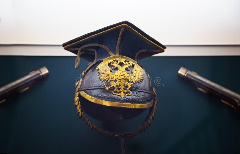 Старый воинский шлем с двуглавым орлом на предпосылке o стоковые фотографии rf