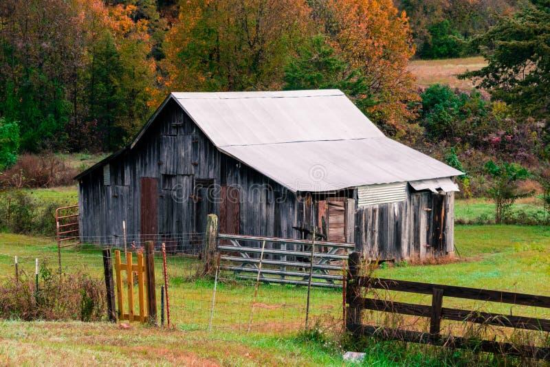 Старый выдержанный амбар в горах Ozark Арканзаса стоковое фото