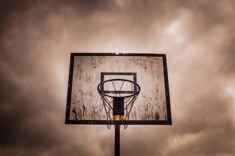 Старый вышедший из употребления внешний обруч баскетбола стоковые изображения