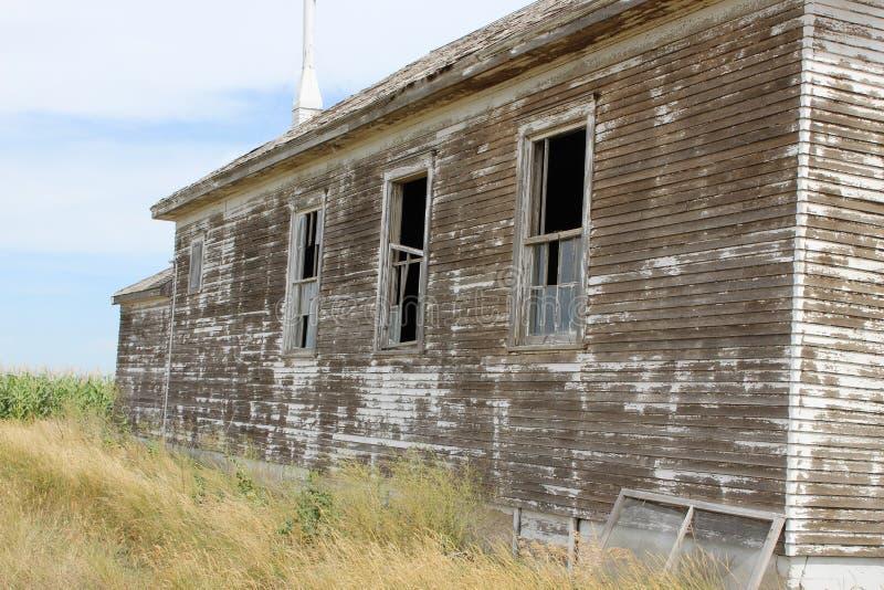 Старый выдержанный взгляд со стороны здания школы стоковые фотографии rf