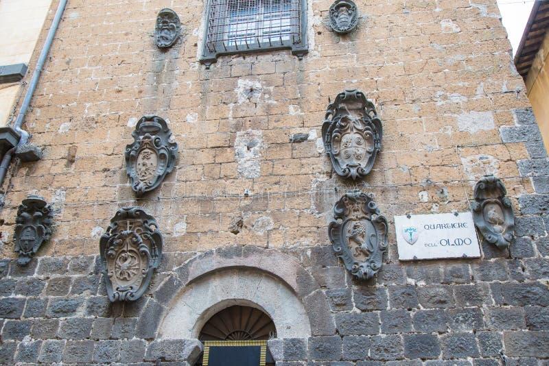 Старый герб прикрепленный к стене стоковое изображение rf