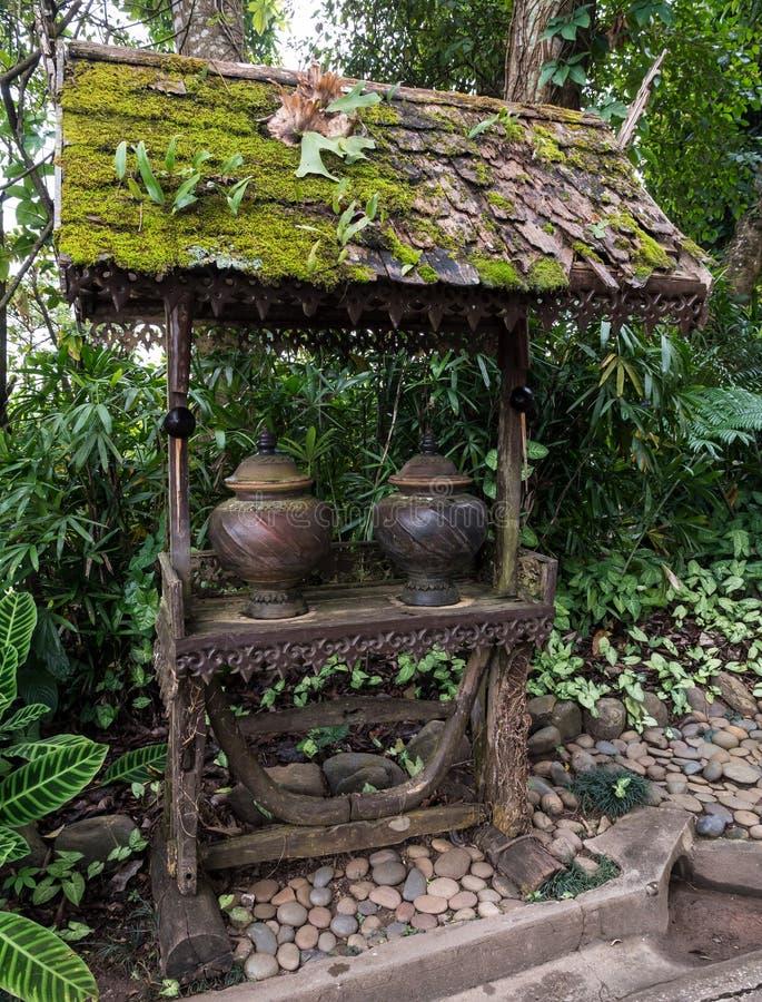 Старый глиняный горшок для питьевой воды стоковые изображения rf