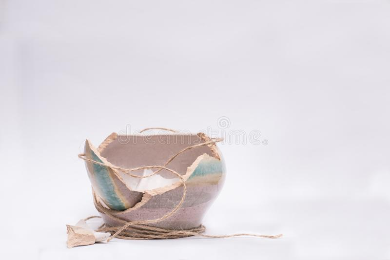 Старый глиняный горшок поломал в части стоковые изображения