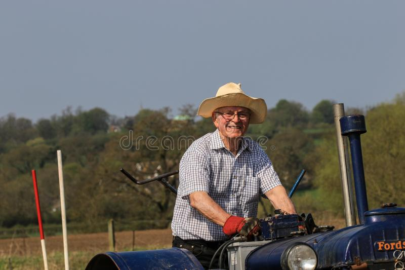 Старый голубой трактор майора fordson на паша спичке стоковое изображение rf