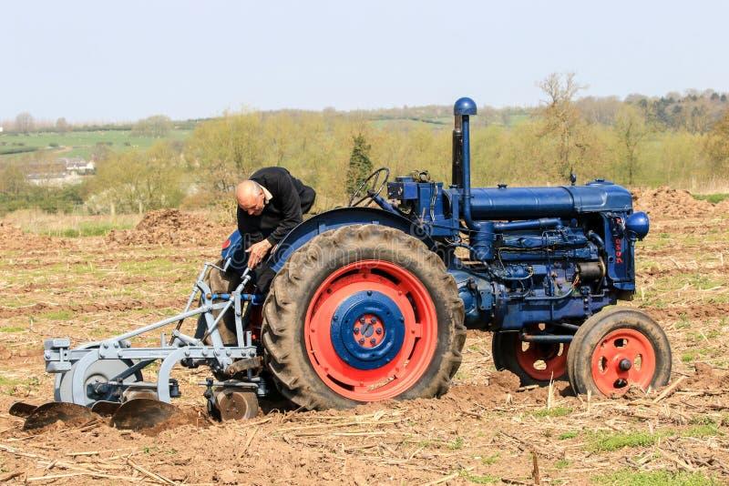Старый голубой трактор fordson на паша спичке стоковые изображения