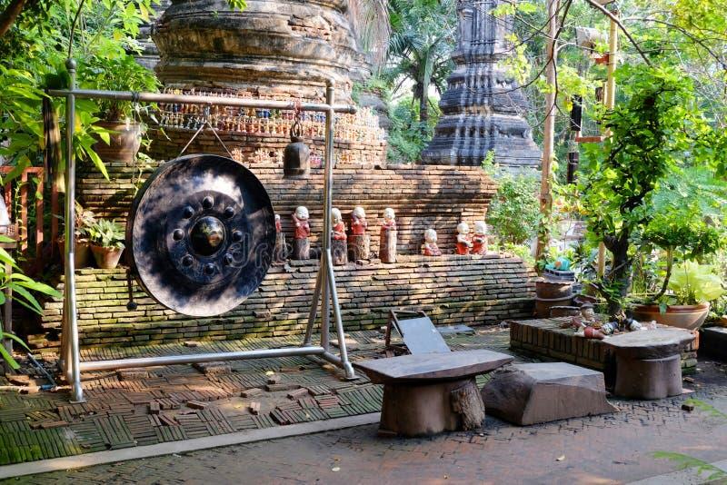 Старый гонг и колоколы в буддийском виске в Ayutthaya стоковые фотографии rf